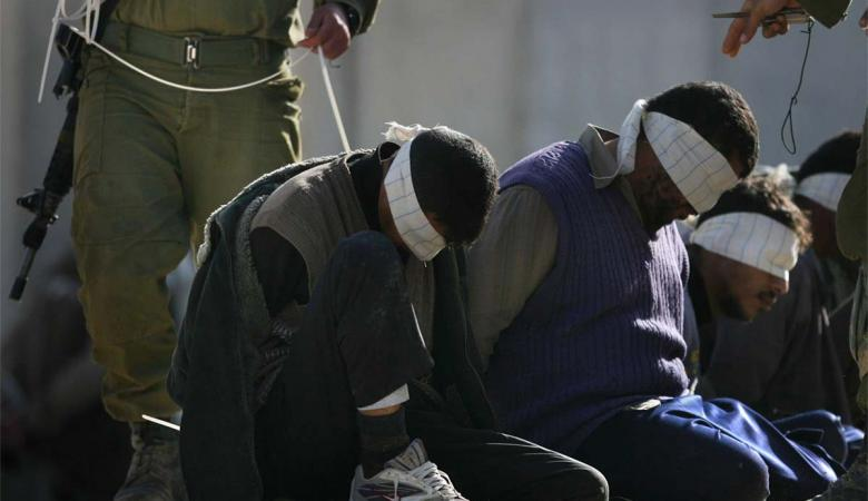 قوات الاحتلال تنكل بثلاثة أسرى أثناء عملية اعتقالهم
