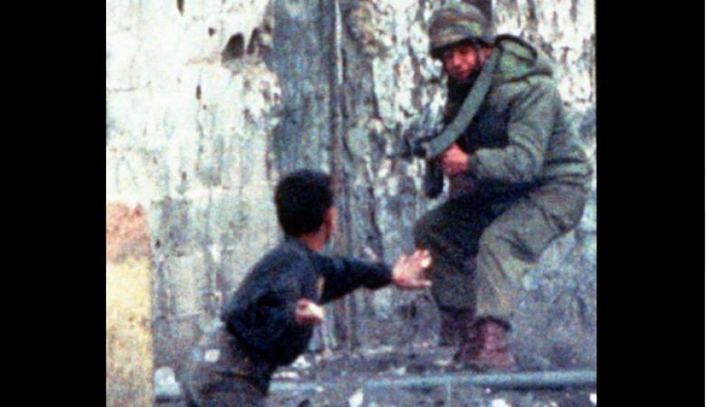 ملتقط أحد الصور الأشهر في الانتفاضة الأولى يروي تفاصيل يوم هرب الجندي من الطفل