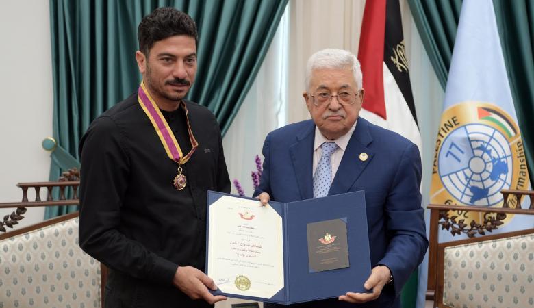 الرئيس يقلد الشاعر مروان مخول وسام الثقافة والعلوم والفنون