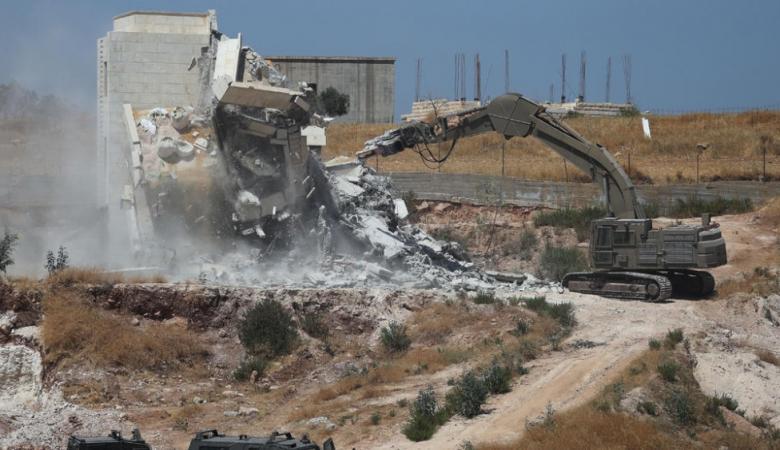 الاحتلال يجبر مواطنا على هدم مخزن جنوب بيت لحم