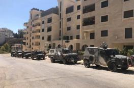 حصيلة اقتحام رام الله ..محاصرة بناية سكنية وخلع واعتقال