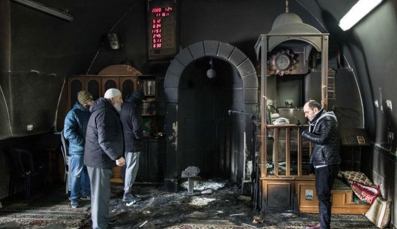 """مسؤولون يتفقدون مسجد شرفات وينددون بحرقه من عصابات """"تدفيع الثمن"""""""