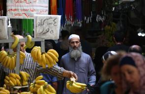 مواطنون يتجولون في اسواق مدينة نابلس، استعداداً لحلول عيد الأضحى المبارك .