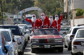 شبان فلسطينيون يرتدون لباس بابا نويل بغزة احتفالا بقدوم العام الجديد