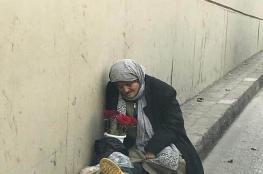 """مواطنون يعثرون على مسنة في احد شوارع نابلس بعد ان قامت زوجة ابنها بطردها من المنزل بعد انتصاف الليل """"فيديو """""""