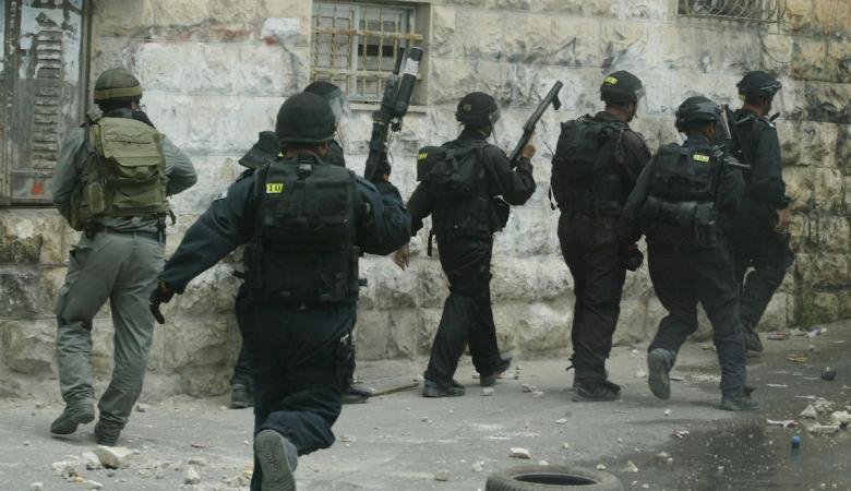 قوات الاحتلال تعتقل مواطنين من جبل المكبر في القدس