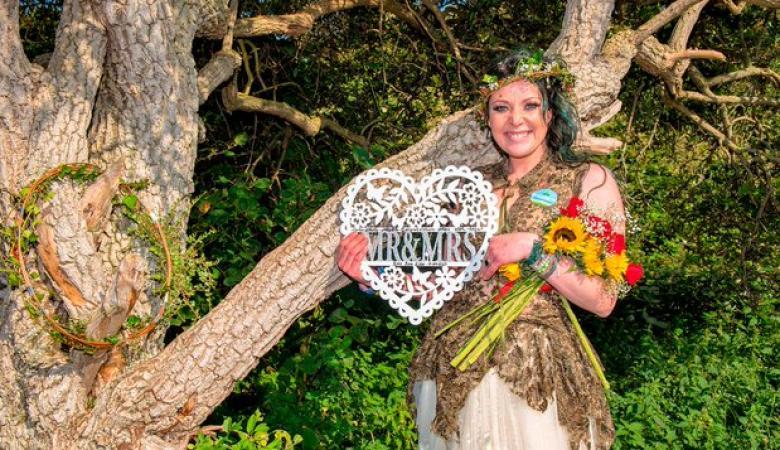 امرأة تتزوج من شجرة وتغير عائلتها على اسم زوجها