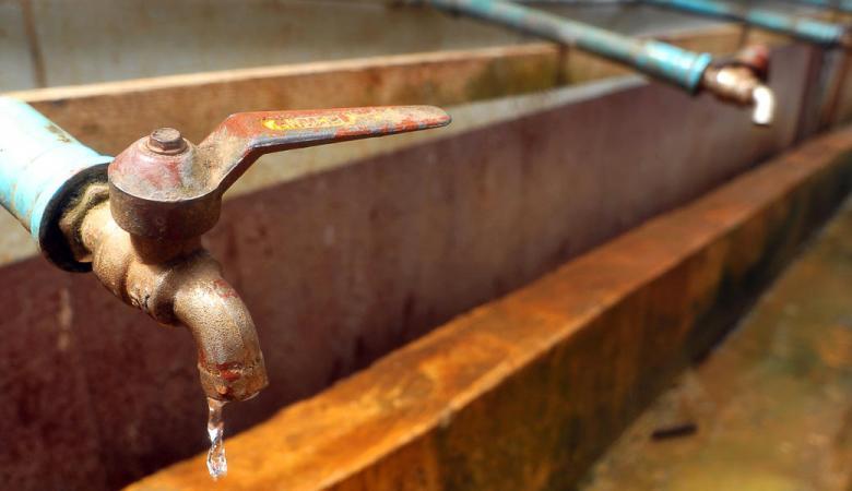 محافظ الخليل يعلن انتهاء أزمة المياه الملوثة في مخيم الفوار