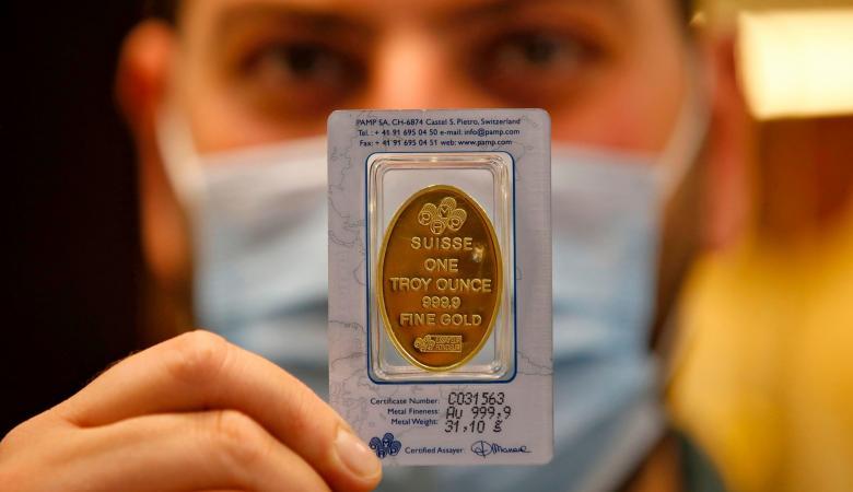 انتعاش الدولار يوقف مسيرة الذهب القياسية