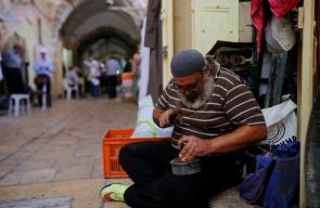 محمد عبد الجواد (47 عاماً) آخر نحاس ومبيض للاواني النحاسية في القدس المحتلة