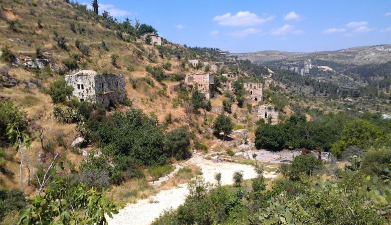 أهالي قرية لفتا المهجرة ينجحون في منع الاحتلال من إزالة آثارها