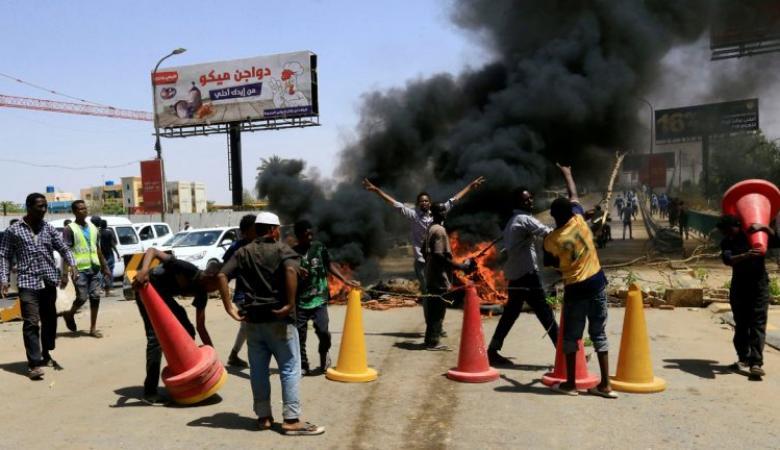 مقتل 7 في إطلاق نار على معتصمين والجيش يتهم أطرافاً خارجية