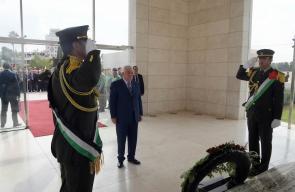 الرئيس محمود عباس يضع اكليل من الزهور على ضريح الشهيد ياسر عرفات في رام الله