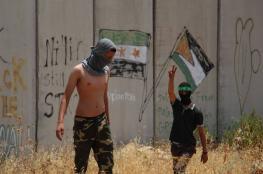 قوات الاحتلال تقمع الفلسطينيين وتحرق حقول الزيتون في نعلين
