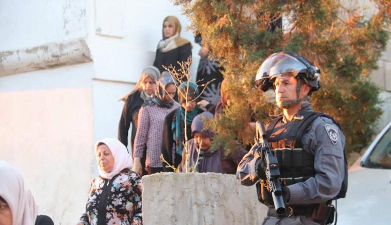 شرطة الاحتلال تعتقل والد أحد الشهداء الثلاثة وتفكك خيمة العزاء