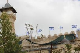 الاحتلال يرفع الأعلام الاسرائيلية على مبنى المسجد الابراهيمي في الخليل