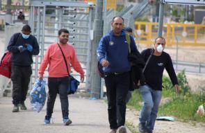 عمال يعودون من أماكن عملهم داخل أراضي 1948عبر حاجز جبارة قرب طولكرم