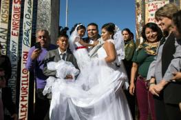 أمريكي ومكسيكية يعقدان حفل زفافهما على الحدود بين البلدين تحديداً لترامب