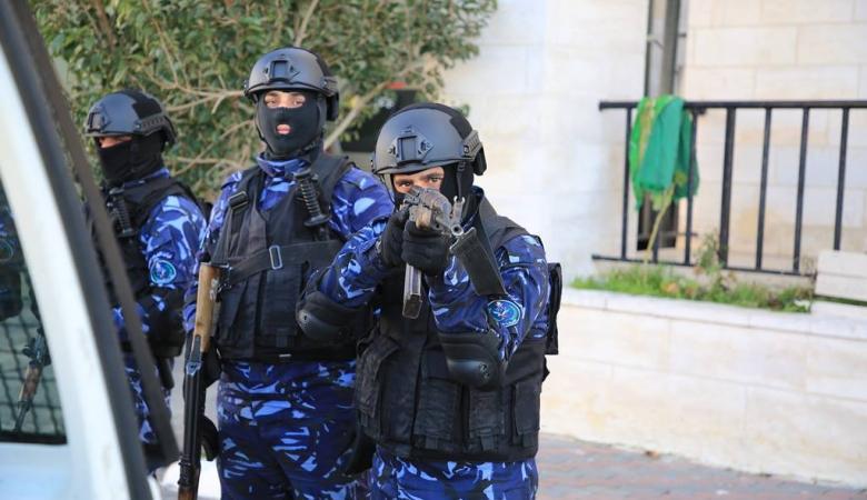 تجار مخدرات يهاجمون مواطنين ويحتجزون رهائن في رام الله