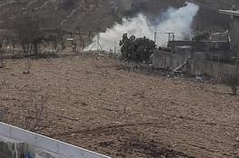 الاحتلال يستهدف مسجداً ومنازل المواطنين بقنابل الغاز في بيت امر شمال الخليل