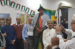 المنافس القوي للقب أطول رجل في العالم يرتدي الكوفية الفلسطينية