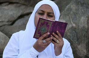 توافد حجاج بيت الله الحرام إلى صعيد عرفة لأداء ركن الحج الأعظم