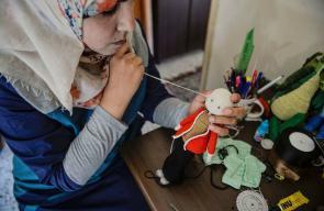 فتاة فلسطينية تصنع الدمى كمصدر للرزق وتحضر للدكتوراه