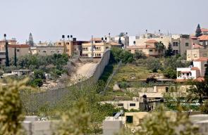 جدار الفصل العنصري الذي يفصل شمال شرق طولكرم عن الداخل المحتل
