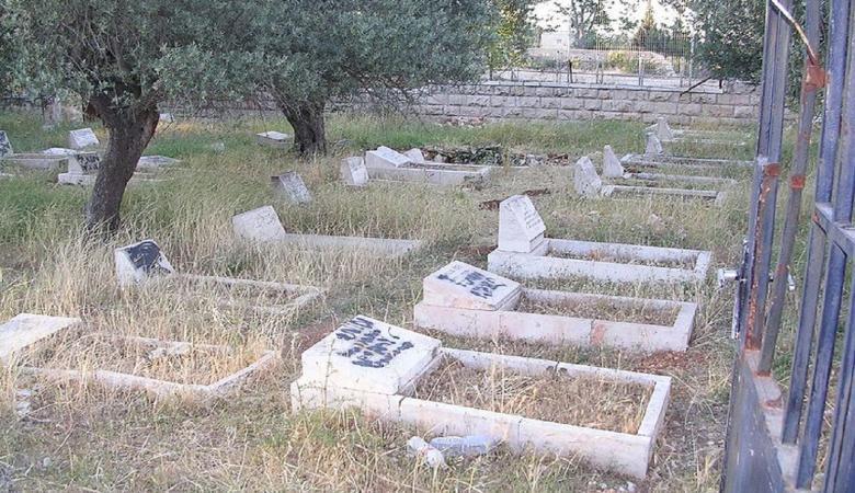 مستوطنون يحطمون شواهد قبور شمال نابلس