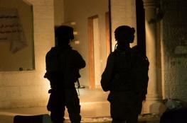 قوة اسرائيلية تصادر 70 الف شيقل من منزل في الخليل