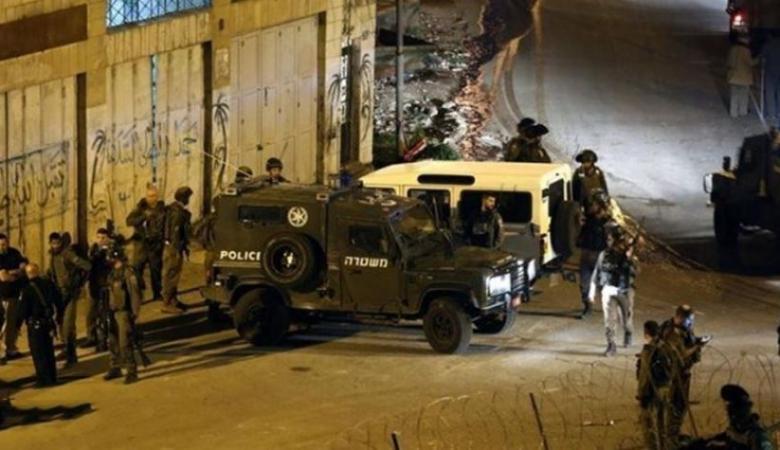 الاحتلال يقتحم رام الله ويداهم مكاتب الديمقراطية