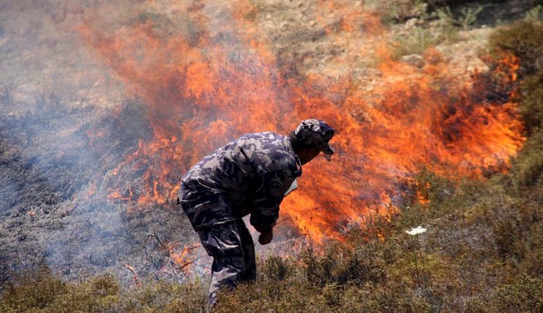 المستوطنون يحرقون اراضي المواطنين جنوب غرب نابلس