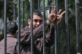 عشرات الأسرى يشرعون بالاضراب المفتوح عن الطعام