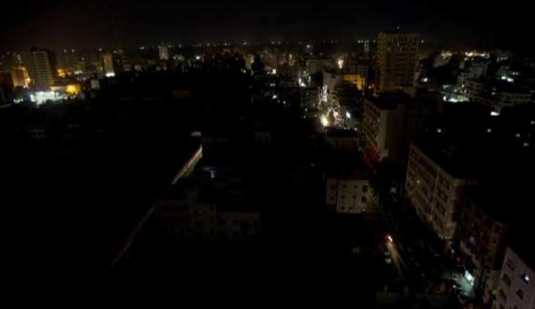 انقطاع التيار الكهربائي عن منطاق واسعة من مدينة غزة جراء الغارات الإسرائيلية