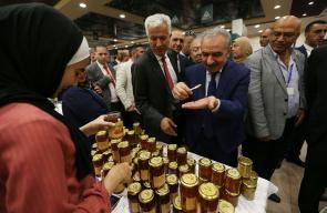 رام الله: رئيس الوزراء محمد اشتية، خلال افتتاحه معرض الصناعات الفلسطينية 2019.