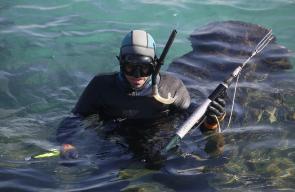 المواطن سالم ابو عامر من غزة، يصطاد الاسماك عبر الغوص في عمق البحر
