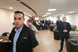 وزير اسرائيلي ينهار في الكنيست والطيبي يقدم المساعدة