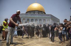 رش المصلين بالمياه للتخفيف عنهم وطاة حر الصيف في الجمعة الثانية من رمضان