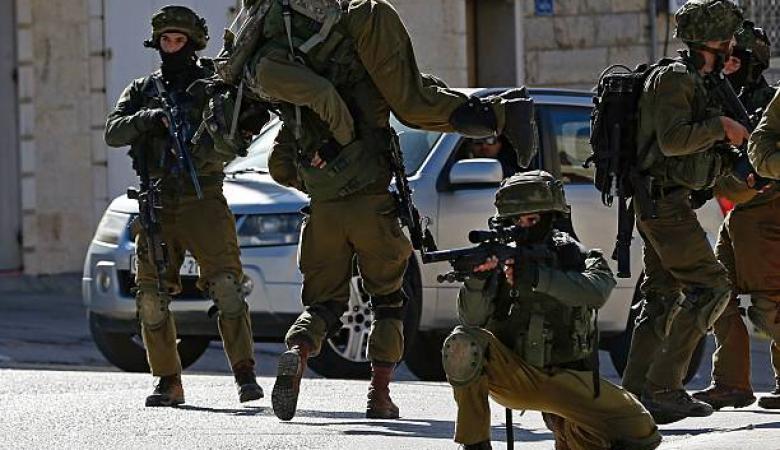 جندي اسرائيلي يفتح النار على زميله ويصيبه بجراح