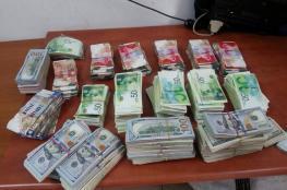 الخليل : الشرطة تقبض على شخص متهم بسرقة نصف مليون شيقل من أحد المنازل