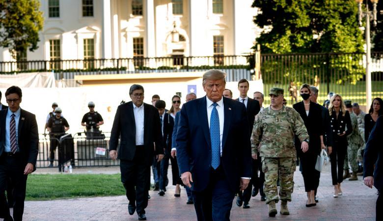 """ترامب يصف الاحتجاجات """"بالارهاب الداخلي """" ويقرر نشر آلاف الجنود"""