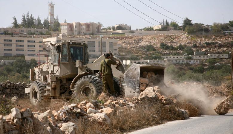 مستوطنون يجرفون اراضي المواطنين في ترمسعيا شمال رام الله