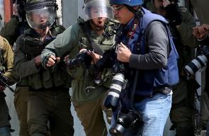 جنود الاحتلال يعتدون على الصحفيين خلال تغطيتهم مسيرة كفر قدوم الاسبوعية