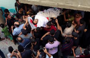 جانب من تشييع جثامين 3 شهداء ارتقيا أمس في غزة