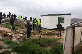 """الخليل: الاحتلال يستولي على كرفان صفي في مدرسة """"الصمود والتحدي"""""""