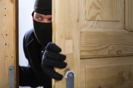القبض على شخصين متهمين بسرقة 74 منزلا في رام الله