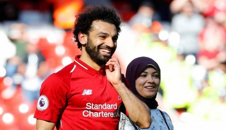 محمد صلاح يحتفل مع عائلته بحصد الحذاء الذهبي