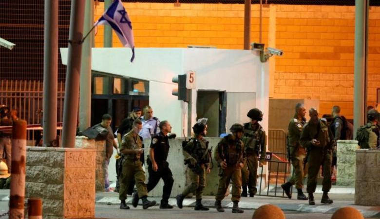 الاحتلال يعتقل طفلا وشابا على حاجز قلنديا شمال القدس المحتلة