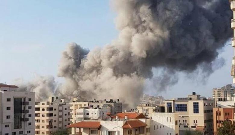 طائرات الاحتلال تستهدف مجموعة من المواطنين شرق حي التفاح
