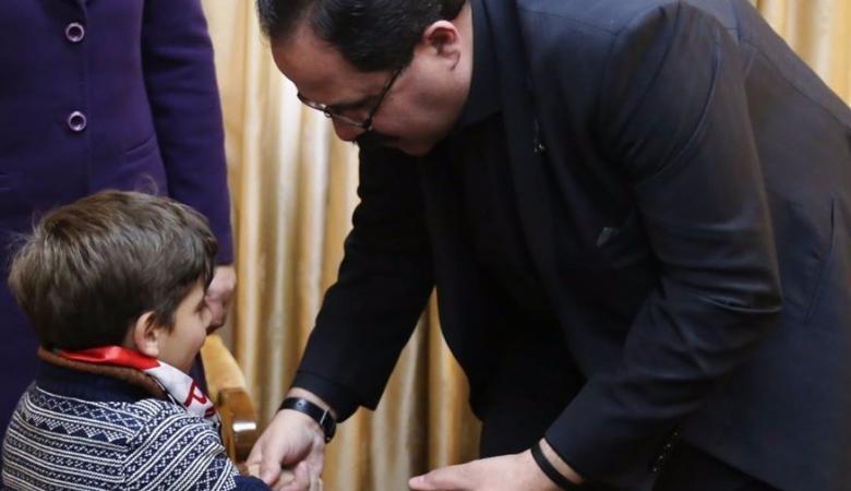 """وزير التربية يكرم الطفل""""كرم """"  ذو العقلية النادرة"""